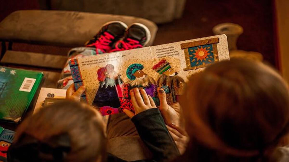 vaikai skaito knyga